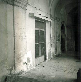 Stato  del porticato prima degli interventi di restauro (foto R.G.Laganà, 1984).