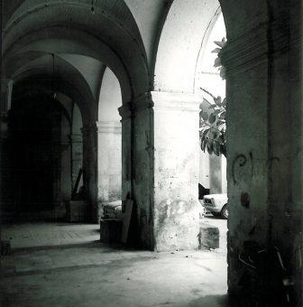 Stato  del porticato prima degli interventi di restauro (foto R.G.Laganà, 1984)