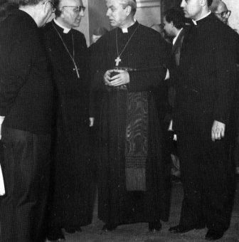Il cardinale Salvatore Pappalardo, legato pontificio al XXI Congresso Eucaristico Nazionale, inaugura la mostra Figurazioni del Sacro (9 dic. 1988), ospitata nel primo nucleo dell'attuale Museo Diocesano.